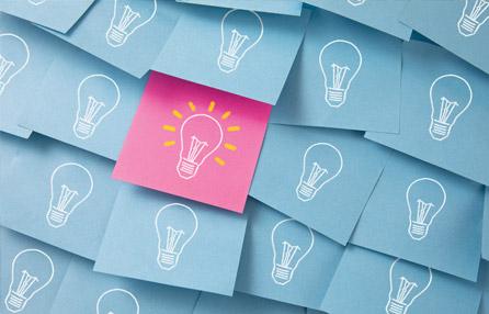Notas adhesivas con ilustraciones de bombillas