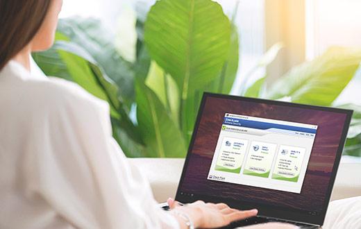 ノートPCでZoneAlarmソフトウェアを使用している女性
